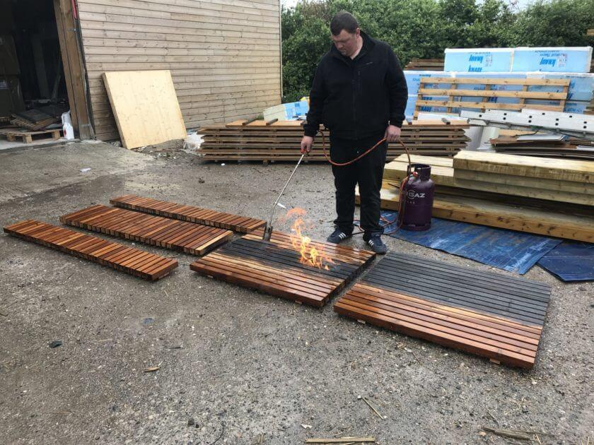 bardage dox square en bois brulé